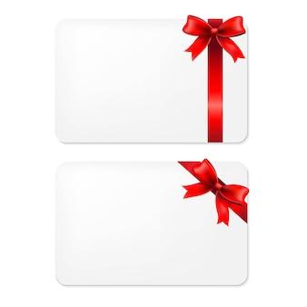Laço vermelho e etiquetas de presente em branco,