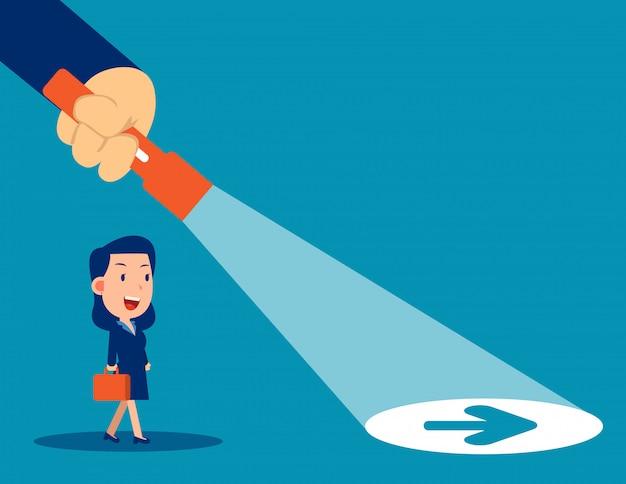 Lanterna de líder de negócios revelando sinal de seta escondido