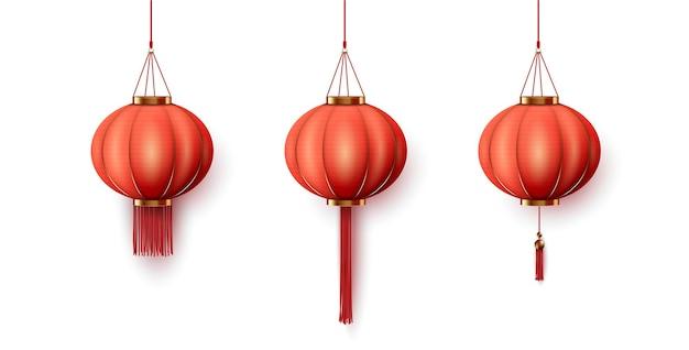 Lanterna de papel vermelha chinesa pendurada no fundo branco.