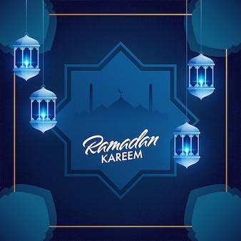 Lanternas azuis iluminadas e silhueta de mesquita para o mês sagrado islâmico de orações,