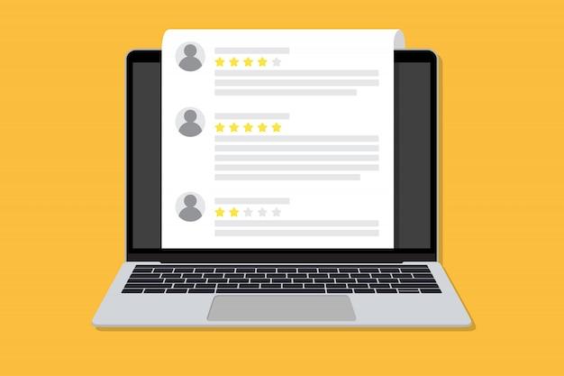 Laptop com uma lista de avaliações de clientes em um design plano