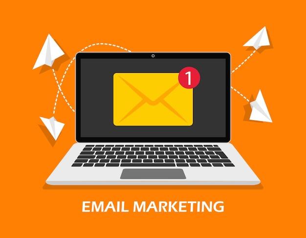 Laptop de marketing por e-mail com conceito de publicidade on-line de envelope