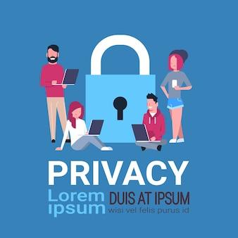 Laptop de pessoas sobre cadeado conceito de privacidade de proteção de dados