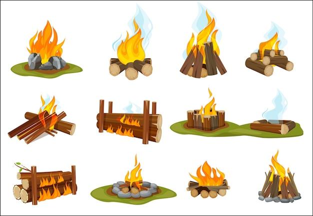 Lareira em madeira. fogueira acesa com chama leve com coleção de fogueira de fumaça