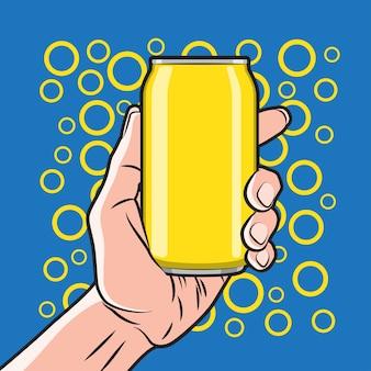 Lata de bebida fresca na mão