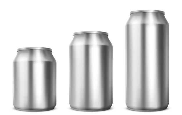Latas de alumínio de diferentes tamanhos para refrigerante ou cerveja, isolado no fundo branco. maquete realista de vetor de latas de metal para vista frontal da bebida. modelo 3d da embalagem de prata em branco para bebida gelada