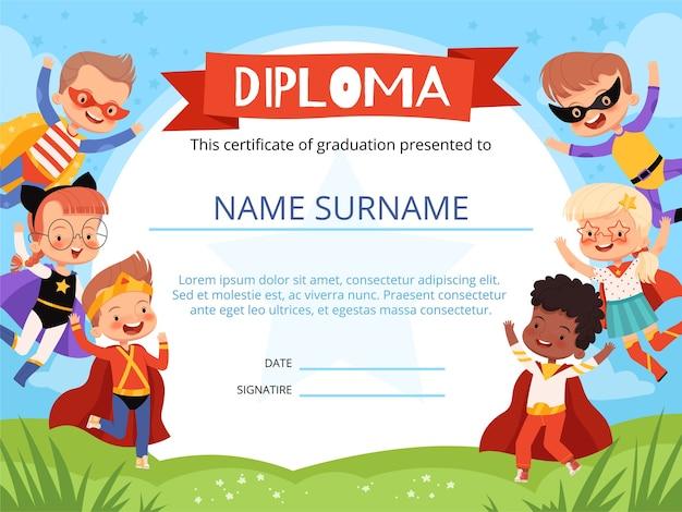 Layout do diploma infantil com super-heróis de crianças alegres.