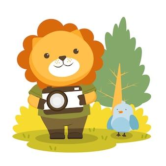 Leão de personagem animal vestindo roupas de caminhada e câmera.