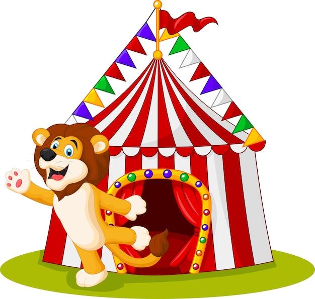 Leão fofo acenando a mão na frente da tenda de circo