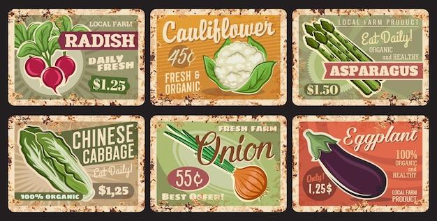 Legumes, placas de metal enferrujadas, etiquetas de preços
