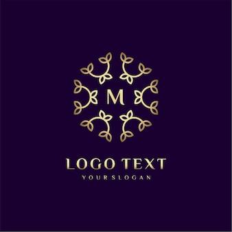 Letra de design de conceito de logotipo de luxo (m) para sua marca com decoração floral