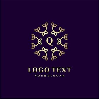 Letra de design de conceito de logotipo de luxo (q) para sua marca com decoração floral