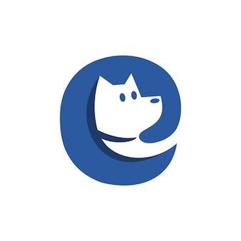 Letra e com uma cabeça de cachorro dentro, adequada para qualquer logotipo de empresa relacionado a cachorro ou animal de estimação