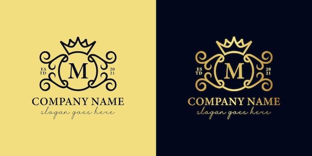 Letra m com iniciais douradas de luxo com ornamento e ícone de coroa para sua marca real, casamento, logotipo decorativo