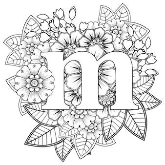 Letra m com ornamento decorativo de flor mehndi na página do livro para colorir estilo oriental étnico