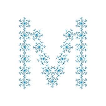 Letra m de flocos de neve. fonte ou decoração festiva para o ano novo e o natal
