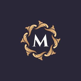Letra m logotipo de luxo com moldura floral de folha esculpida borda