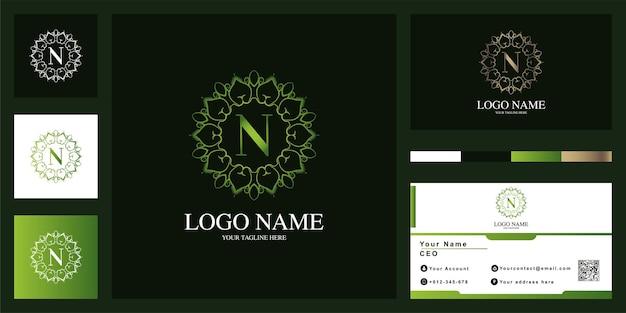 Letra n design de modelo de logotipo de quadro de flor de ornamento de luxo com cartão de visita.