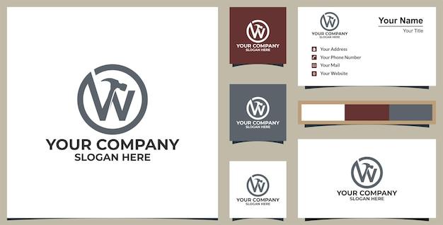Letra w logotipo do martelo serviços de trabalhador manual design do logotipo do vetor e design do cartão de visita premium vector