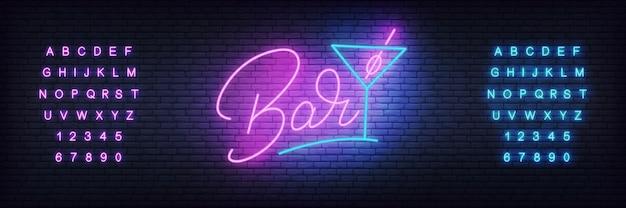 Letras brilhantes bar e copo de cocktail