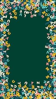 Letras cadentes do idioma inglês. pastel palavras do alfabeto latino voando. conceito de estudo de línguas estrangeiras. indelével volta ao banner da escola no fundo do quadro-negro.