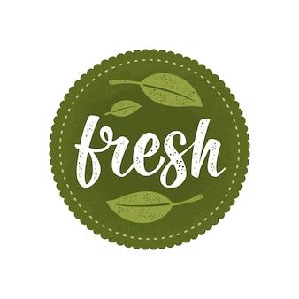 Letras caligráficas frescas e adesivo de círculo verde folha assine comida orgânica natural