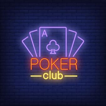 Letras de cartão de pôquer com cartas de jogar. ícone de néon no fundo de tijolo.
