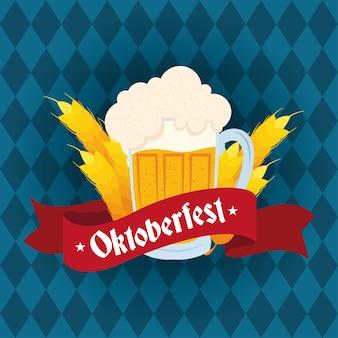 Letras de festa oktoberfest em fita com jarra de cerveja e ilustração vetorial de espigas de cevada