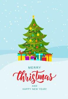 Letras de mão feliz natal. árvore de natal com enfeites e presentes na paisagem de inverno.