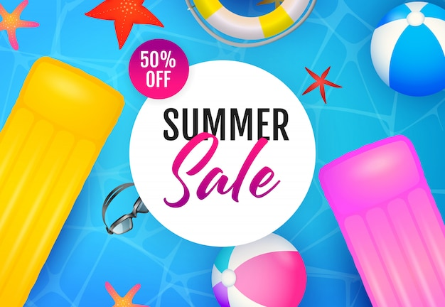 Letras de venda de verão, balsas flutuantes e bolas de praia