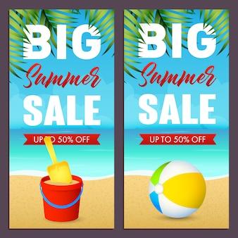 Letras de venda de verão com bola e brinquedo balde na praia