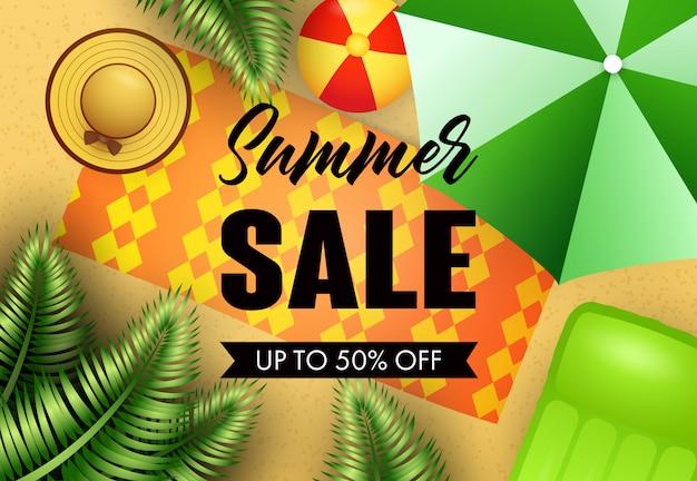 Letras de venda de verão com esteira de praia, chapéu e guarda-chuva