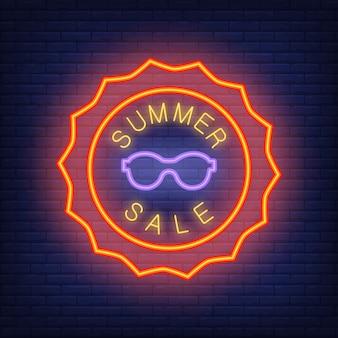 Letras de venda de verão em estilo neon. ilustração com texto brilhante em forma de sol