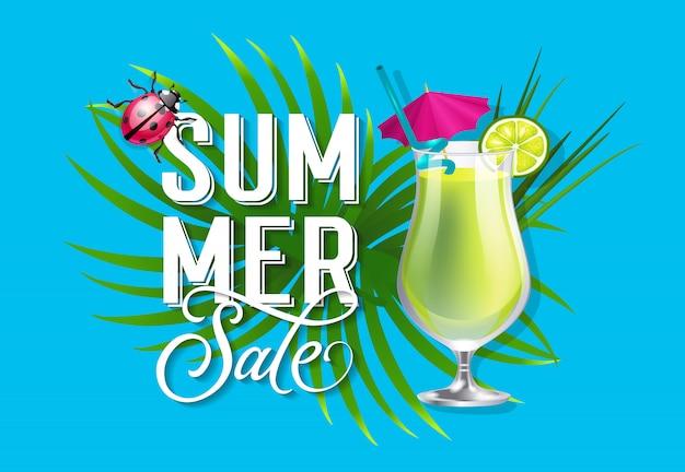 Letras de venda de verão. fundo tropical com cocktail verde e joaninha.