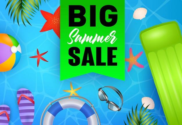 Letras de venda de verão grande, flutuante jangada, flip flops, bóias de vida