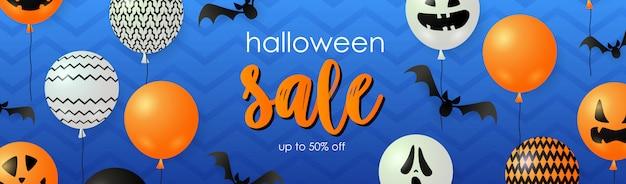 Letras de venda do dia das bruxas com balões fantasma e abóbora