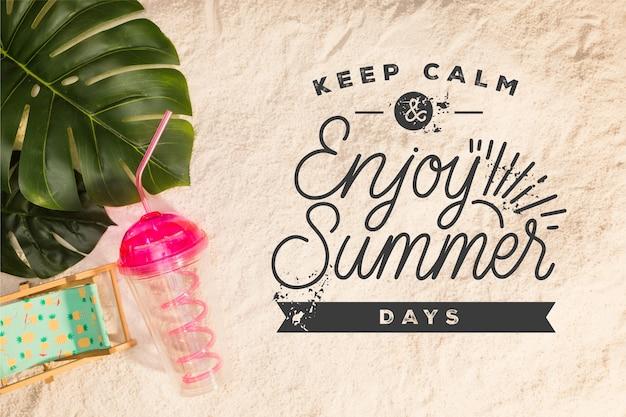 Letras de verão com bebida e folhas