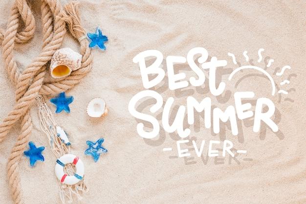 Letras de verão com conchas de areia e mar da praia