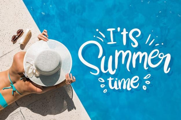 Letras de verão com mulher na piscina