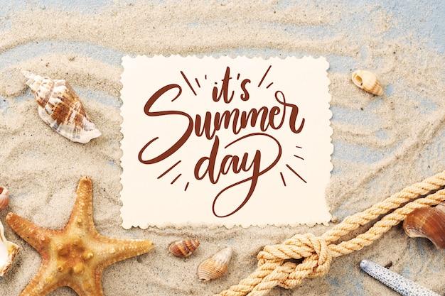 Letras de verão criativo com foto de areia