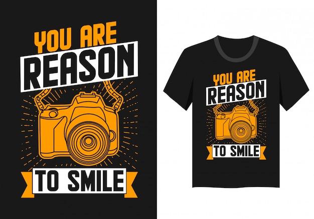 Lettering com design de câmera fotográfica para t-shirt: você é motivo para sorrir