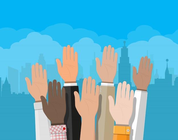 Levantou as mãos. as pessoas votam nas mãos.