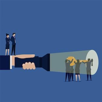 Líder empresarial vê a equipe tentando destravar o trabalho em equipe do buraco da fechadura
