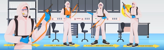 Limpadores profissionais em ternos de materiais perigosos zeladores limpando e desinfetando coronavírus