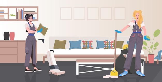 Limpeza profissional casal mulheres zeladoras usando equipamento de limpeza