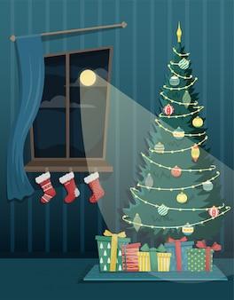 Linda árvore de natal alta com guirlanda e brinquedos da árvore de natal e presentes perto da janela com meias de natal. natal apartamento interior.