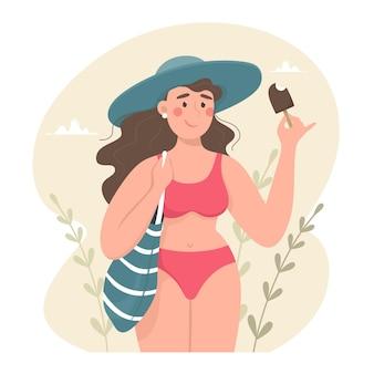 Linda garota com bolsa de praia em maiô e chapéu comendo sorvete, verão e época balnear.