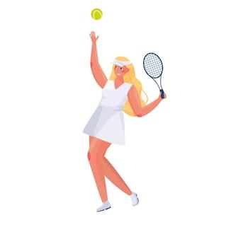 Linda garota com cabelo comprido em um uniforme de esportes joga tênis em um fundo branco nas mãos de raquetes e uma bola de tênis.