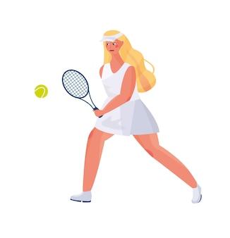 Linda garota com cabelo comprido em um uniforme de esportes joga tênis, nas mãos de raquetes e uma bola de tênis.