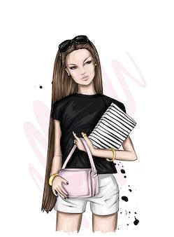 Linda garota com cabelo comprido. fashionista de bermuda e camiseta.